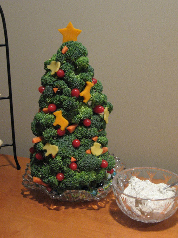 16. Эту елку из брокколи можно съесть прямо за праздничным ужином.