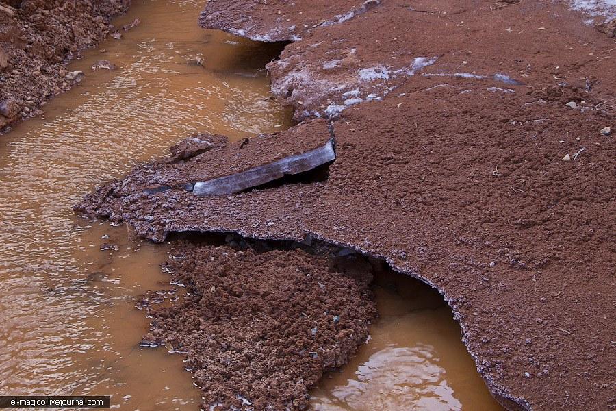 Морозные узоры на замерзшей грязи: