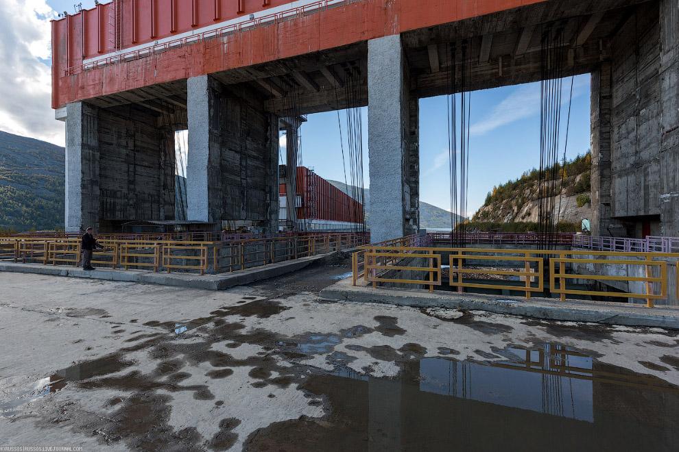 22. Водосброс Колымской ГЭС. Пропускная способность водосброса — 11 300 м?/с.  Кликабельно: