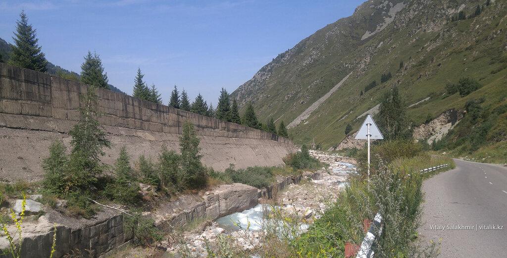 Речка по дороге на БАО.