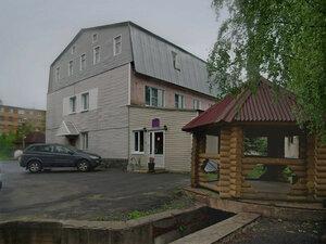 Город КемьЭто гостиница «Кузова», где мы переночевали, чтобы с утра погрузиться в поезд, направляющийся в Москву. Здание перестроено из армейских казарм военного городка пограничников. Теперь городок опустел, и соседние никому ненужные здания стоят в развалинах.