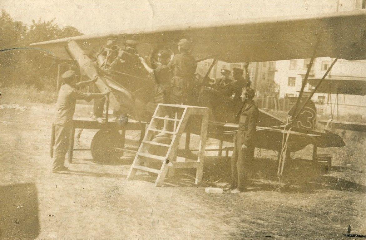 1935. Проверка мат. части самолета перед полетом