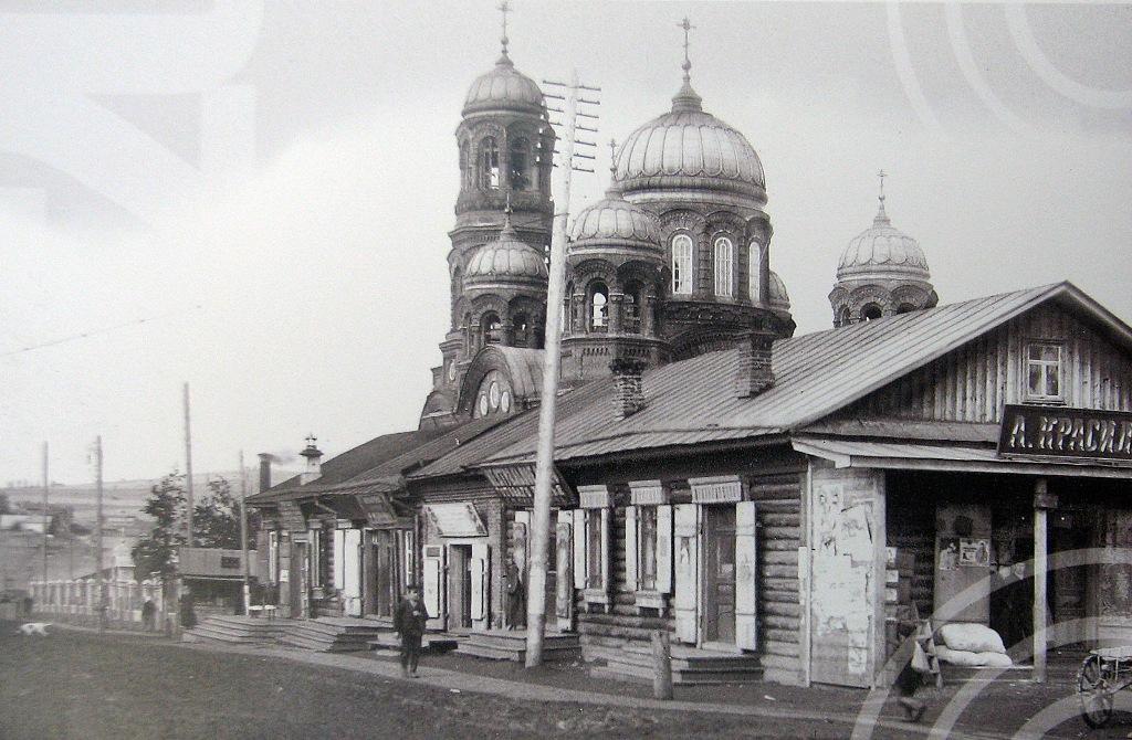 Свято-Троицкий храм и торговые ряды. Вид с Шуваловской улицы