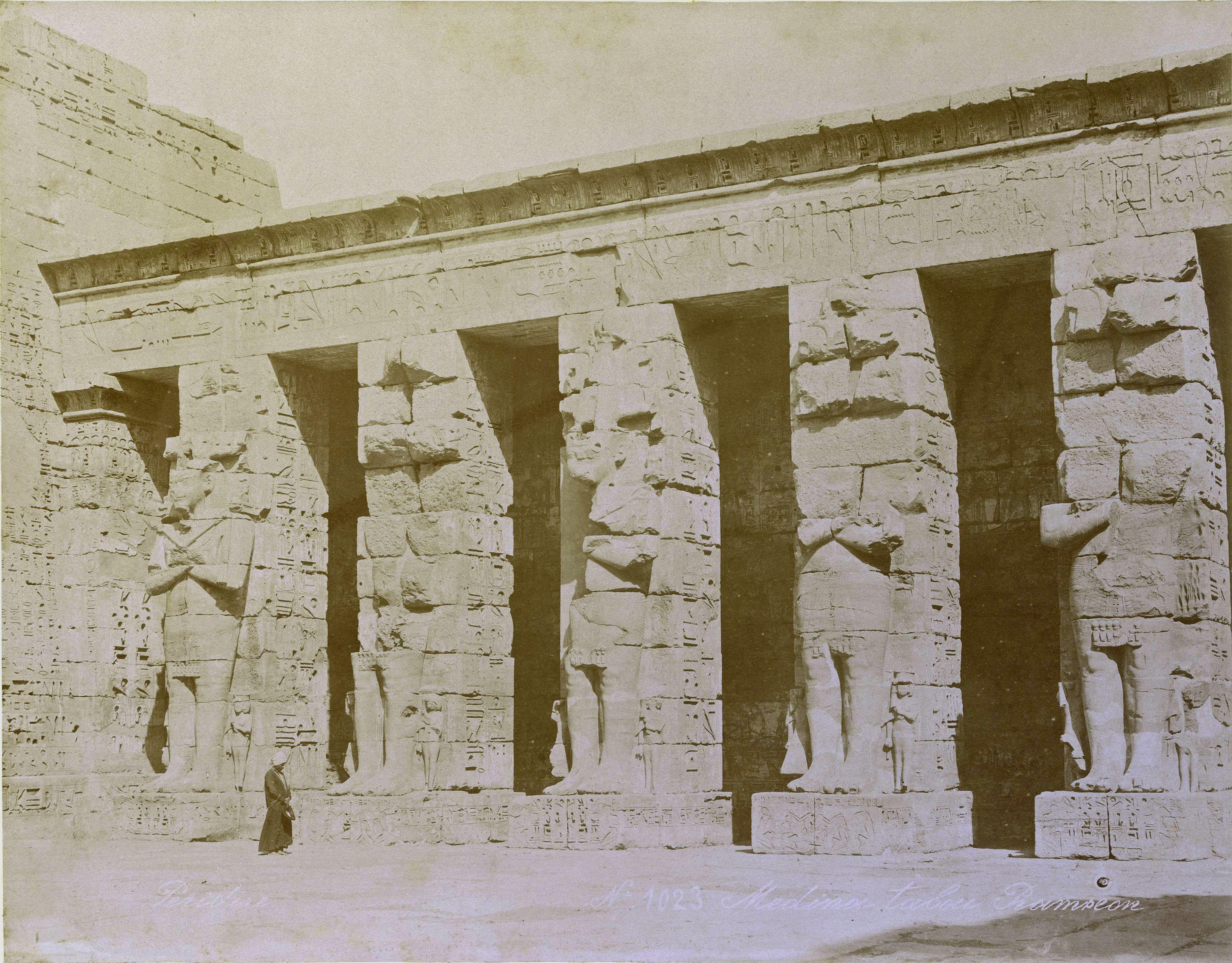 Мединет-Абу. Северная стена первого двора храма Рамсеса III