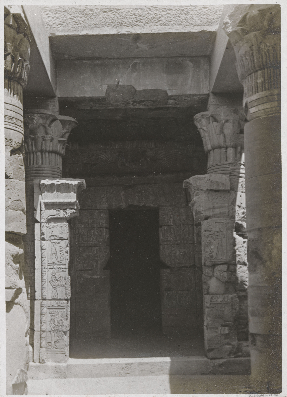 Дейр эль-Медина. Храм богини Хатхор. Вход в зал