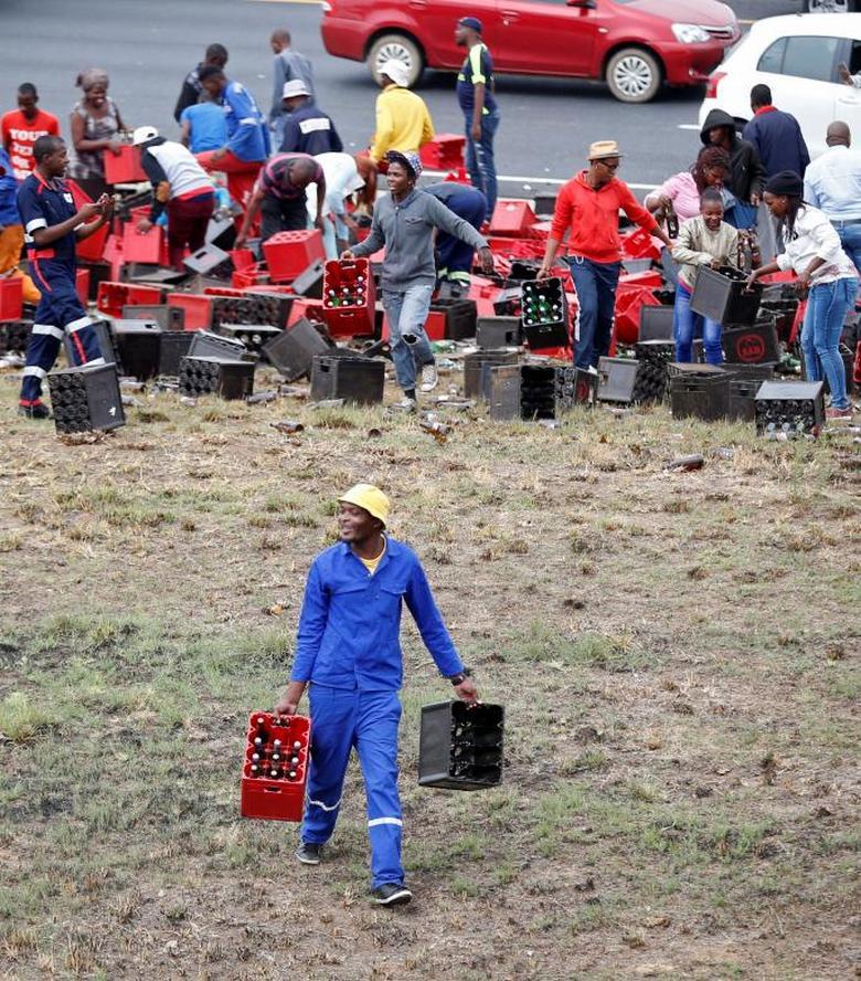 Праздник в ЮАР: перевернулась фура с пивом