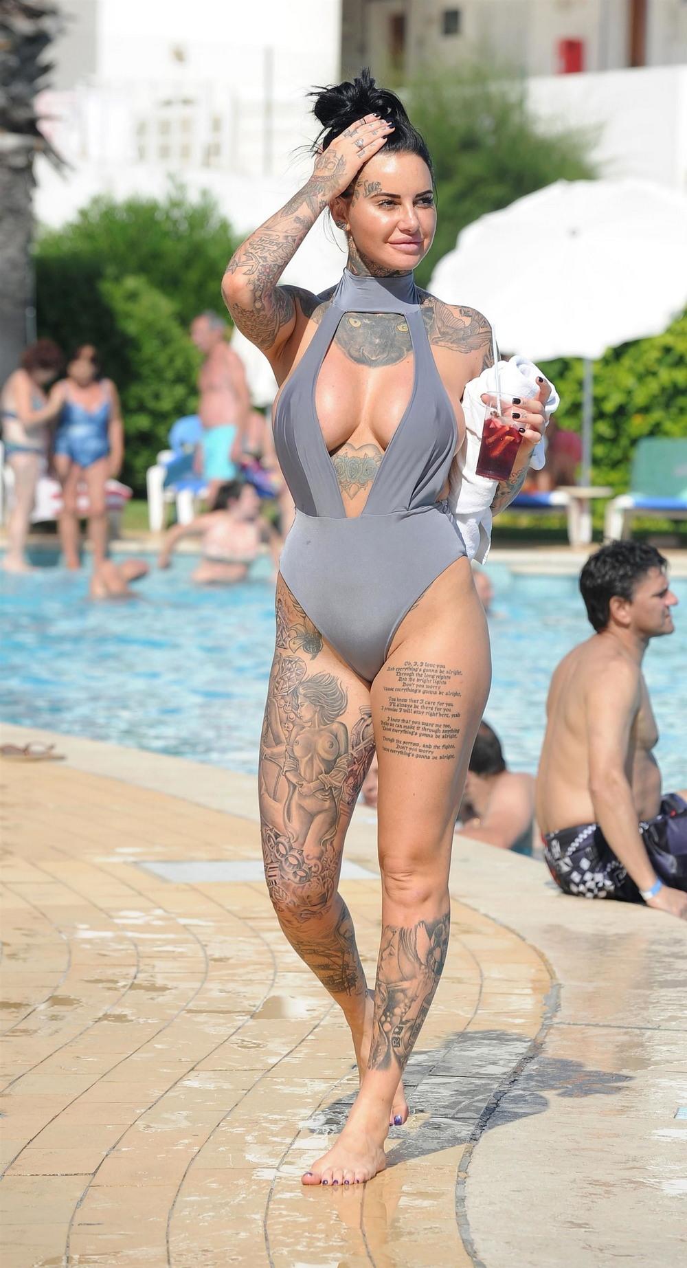 Татуированная Джемма Люси в купальнике