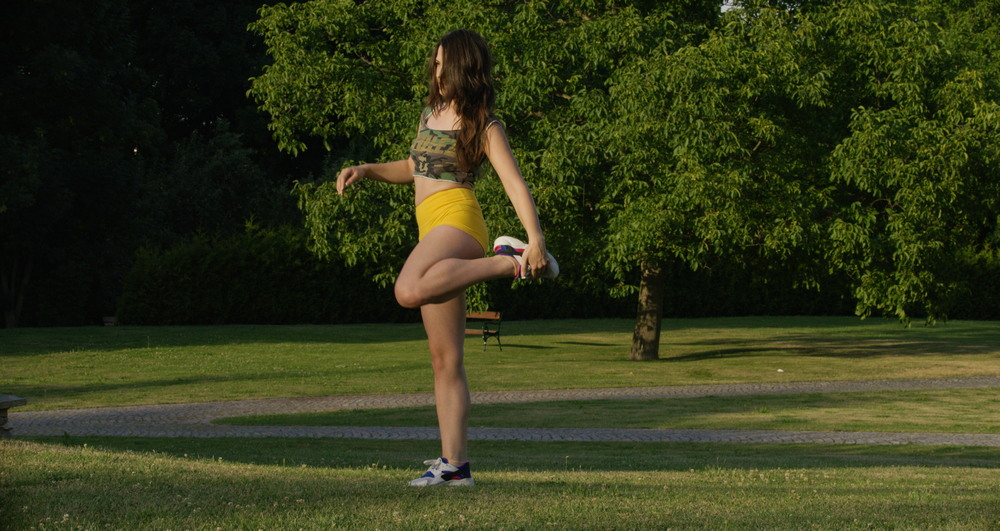 Haily Sanders тренируется в парке
