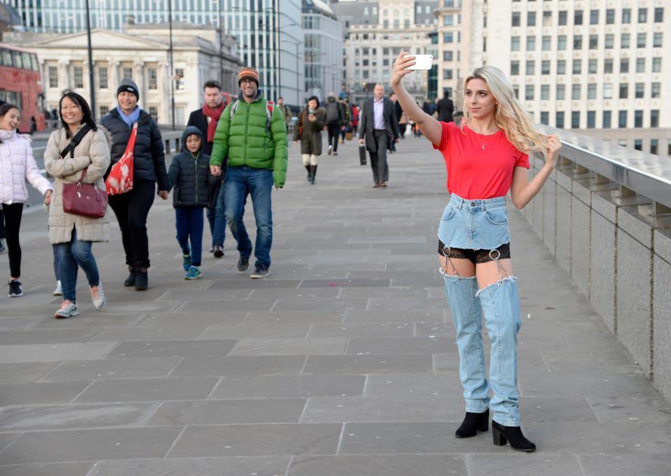 Девушка в странных джинсах прогулялась по Лондону