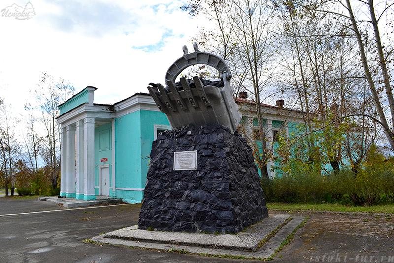 памятник_горнякам_в_Карпинске_pamyatnik_gornyakam_v_Karpinske