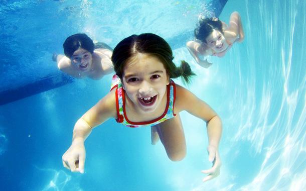 Если же ребенок уже подрос, но при этом не имеет никакого опыта водных упражнений, то можно ходить в