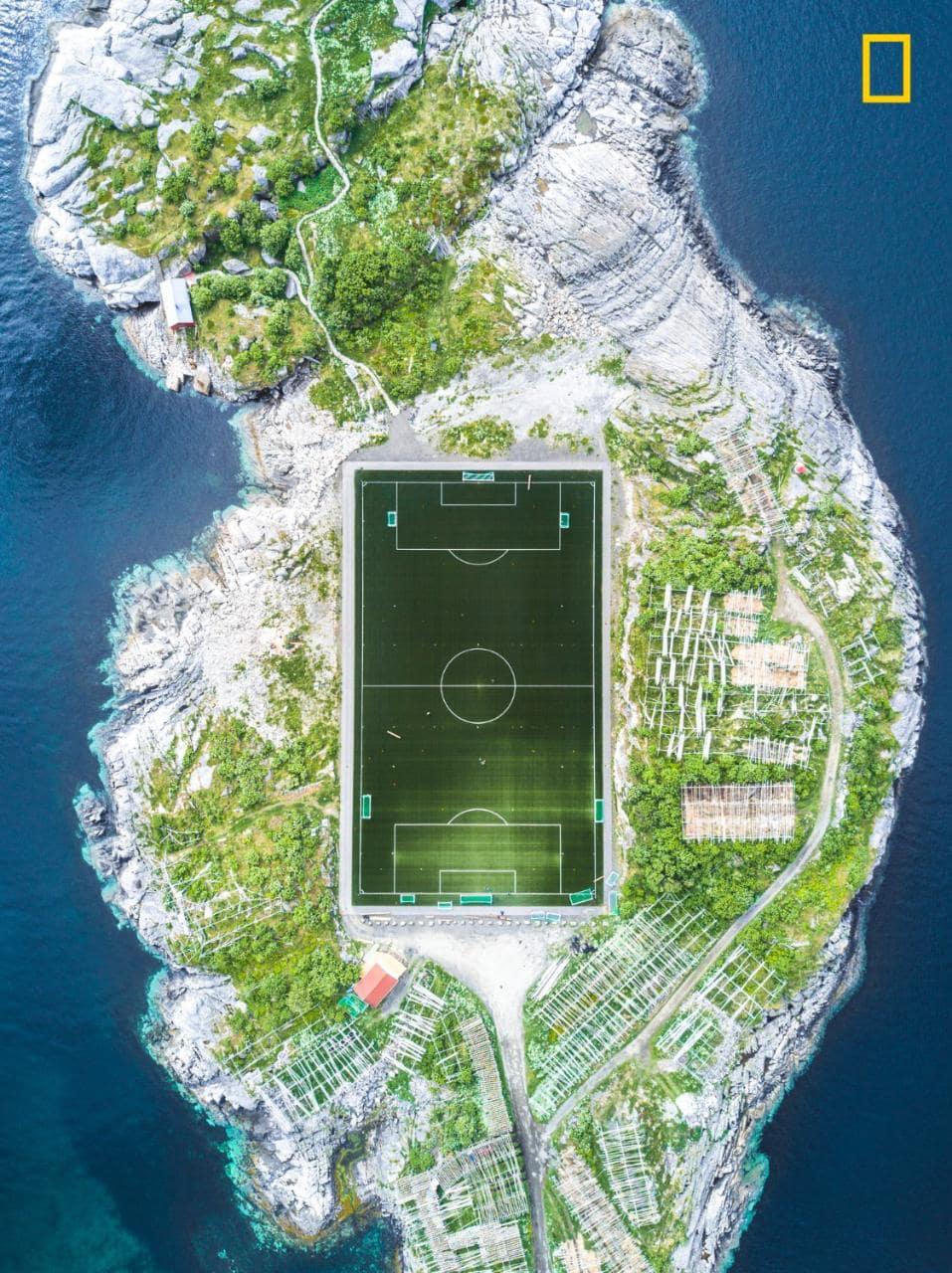 Категория «Города», 3-е место — футбольное поле, Лофотенские острова, Норвегия. Фото: Misha De-Stroy