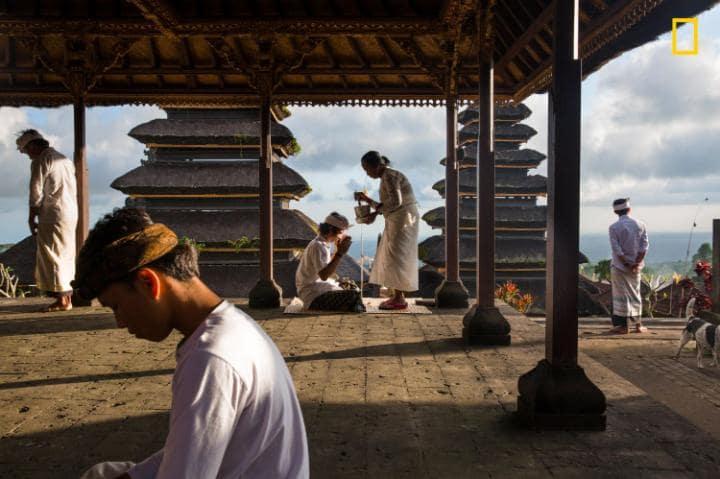 Категория «Люди», поощрительная премия — благословение в храме Пура Бесаких. Фото: Michael Dean Morg