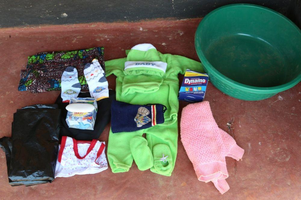 Вещи: детская одежда, подгузники, пластмассовый тазик и мыло, саронг (национальная одежда), полиэтил