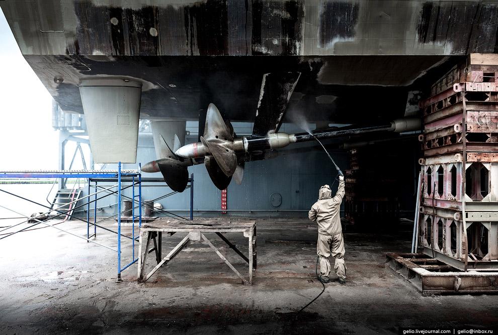 48. Для внедокового ремонта 33 завод имеет оборудованные причалы, в том числе причал 46 с портовым к