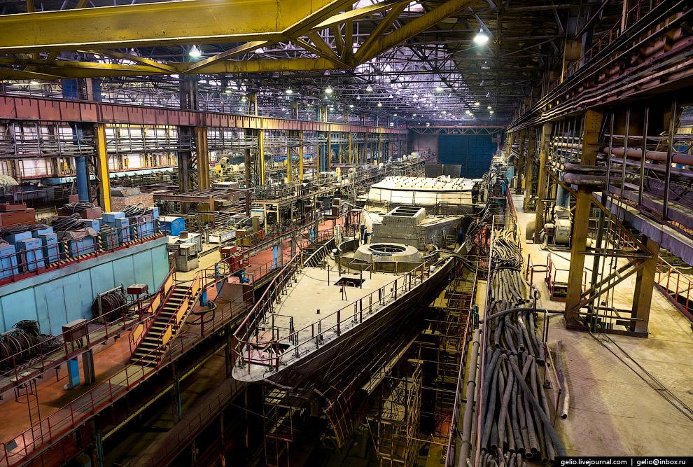 50. Завод строит подводные лодки и боевые надводные корабли для ВМФ, а также суда различного класса