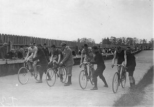 Гонщики на старте во время соревнований на велодроме (Стрельна, Колония, Нарвское шоссе)