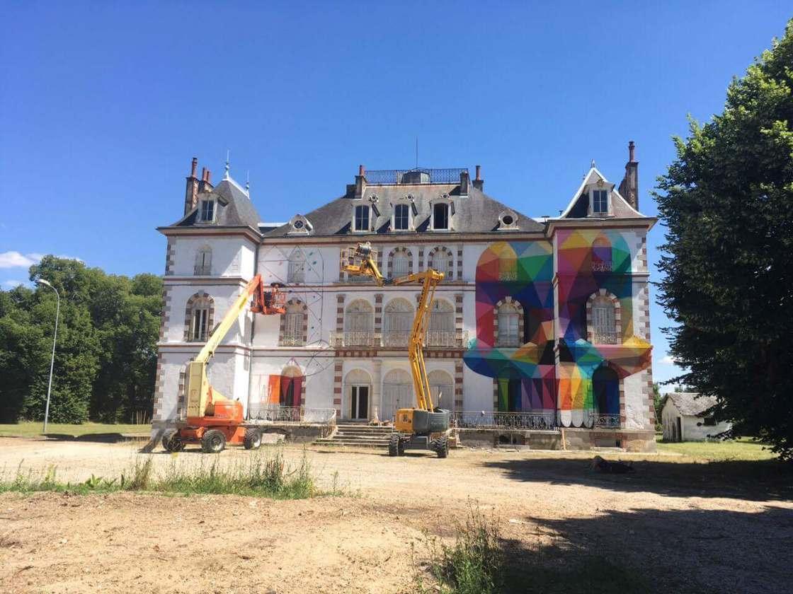 Street Art - Okuda peint des cranes colores sur un chateau abandonne