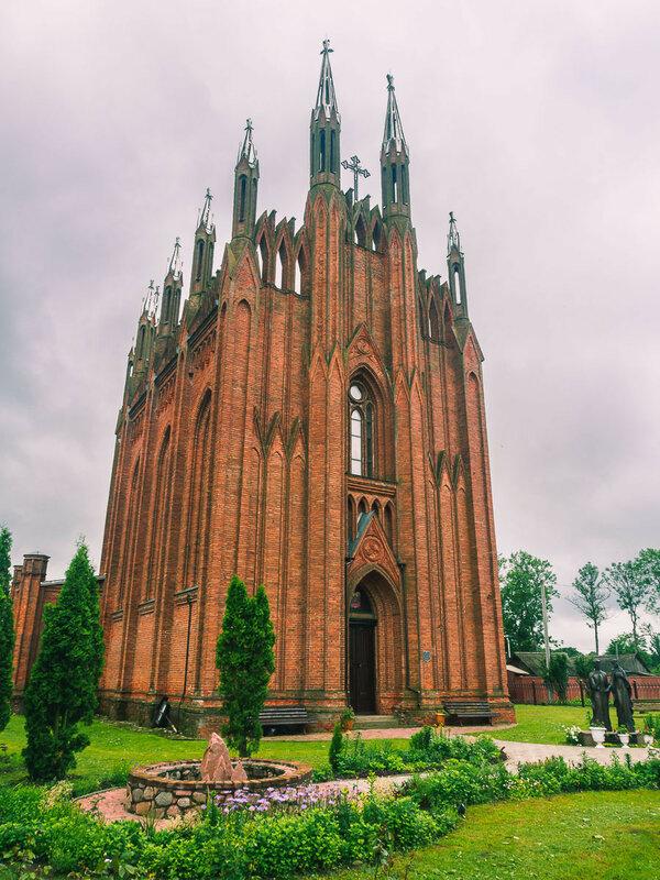 Строился как костёл на месте могилы местного землевладельца Лопатинского. Ныне действует как православный храм.