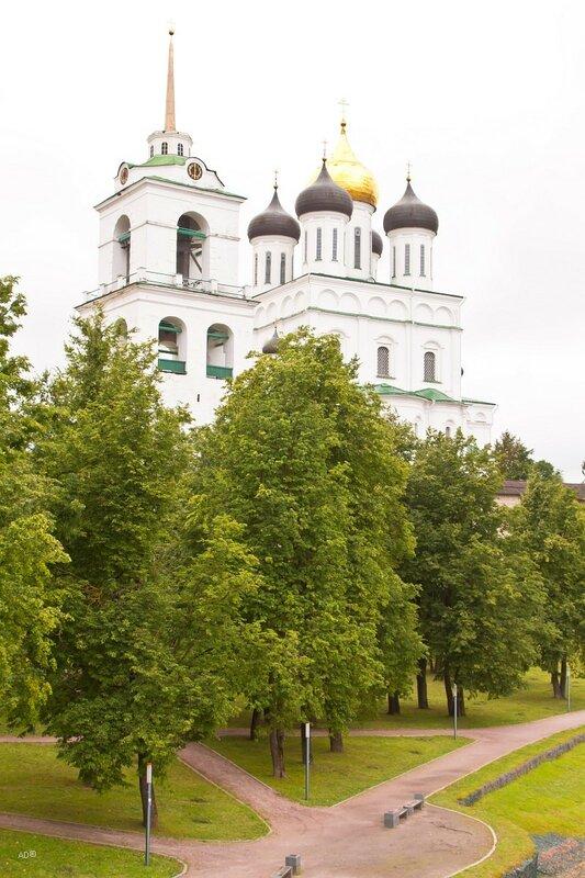 Колокольня и Троицкий собор