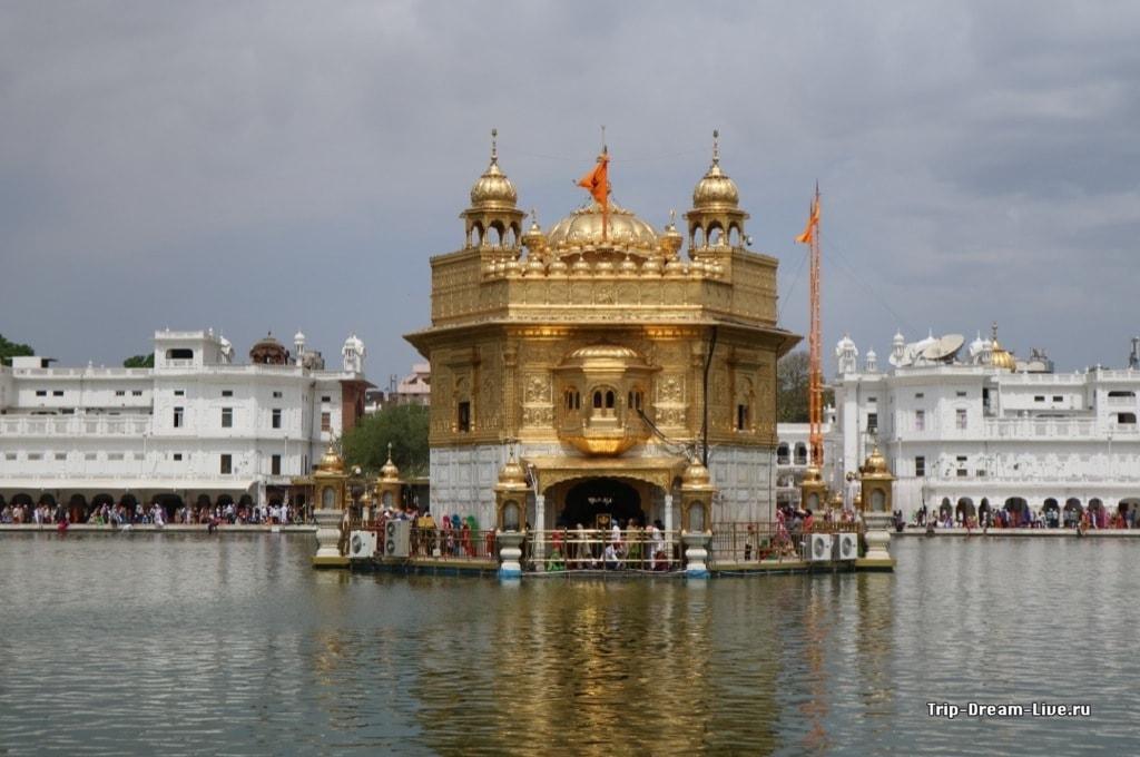 Золотой храм, именно тут днем находится Гуру Грантх Сахиб
