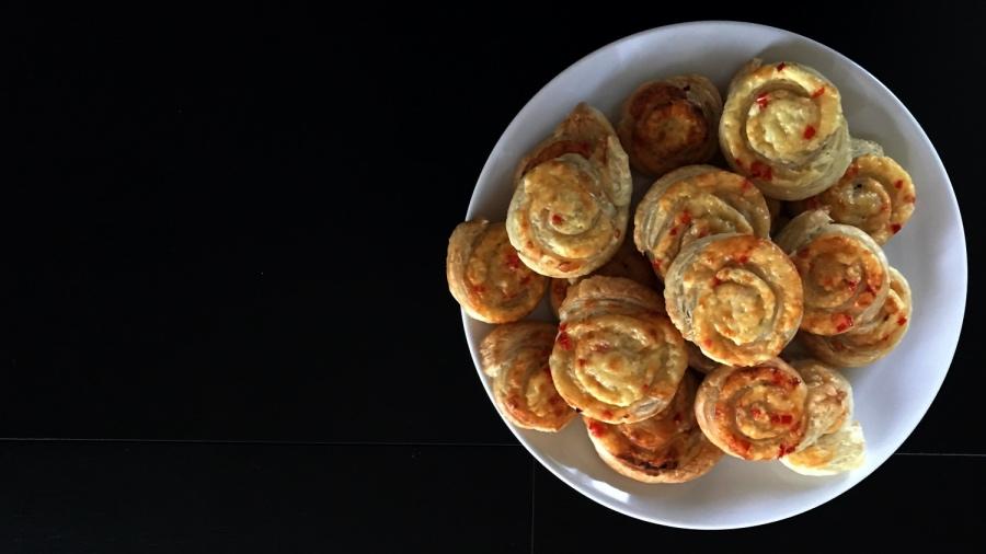 Слоёные рулетики с сыром и перцем