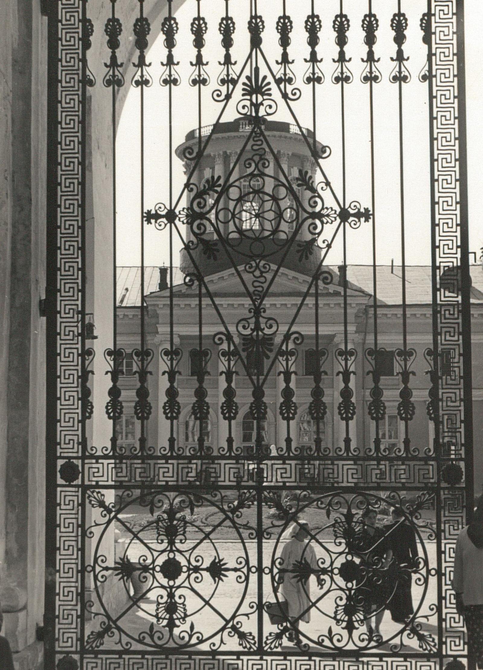 Архангельское. Вид через ворота