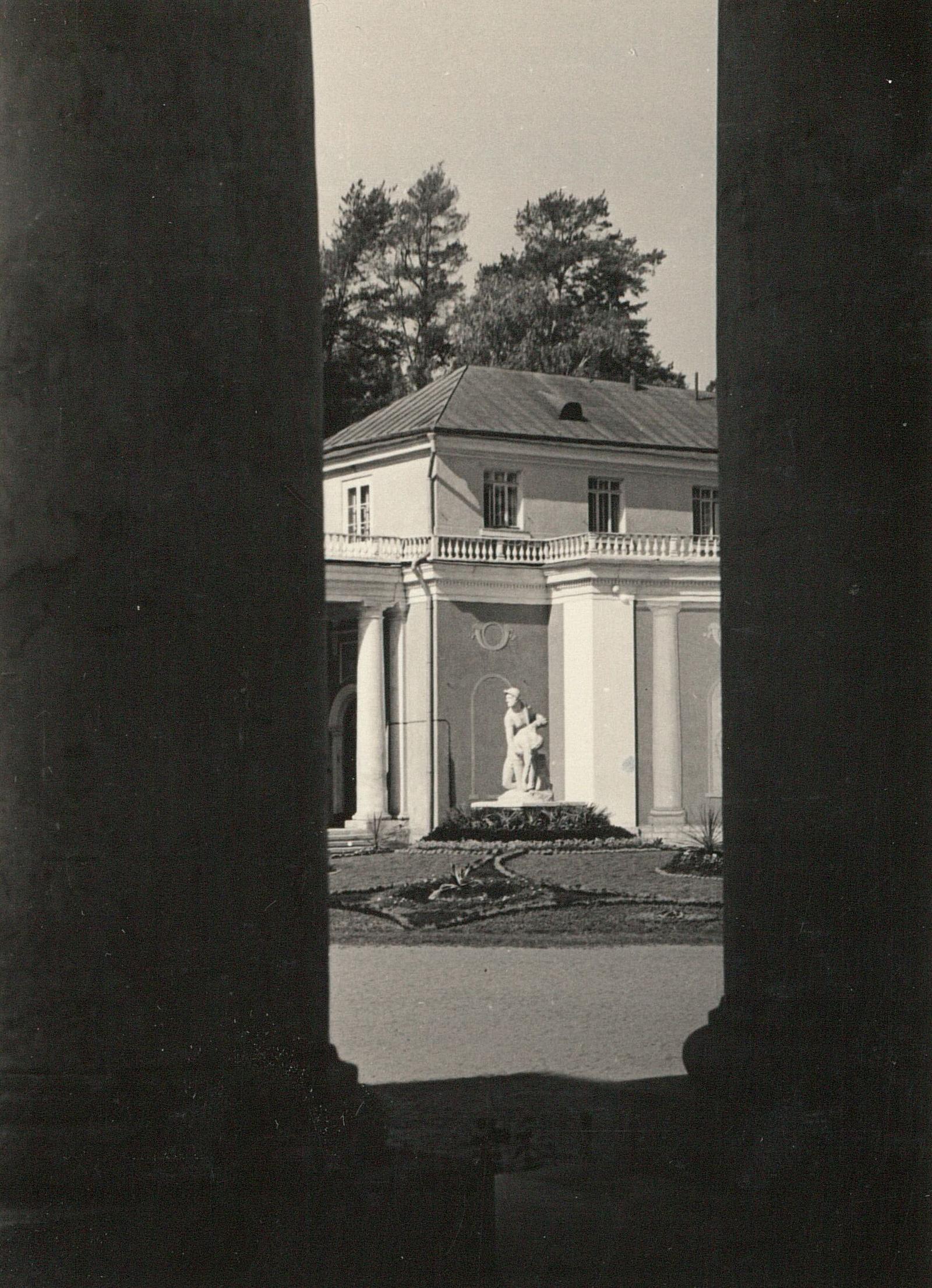 Архангельское. Вид между колоннами во дворе