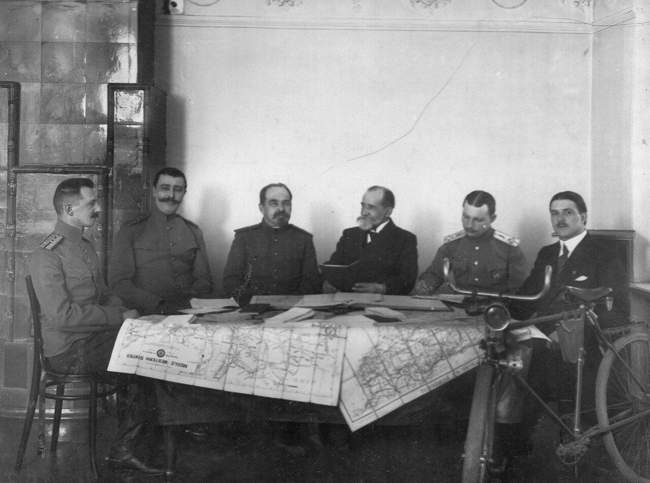 Комиссия Олимпийского комитета во главе с В.И.Срезневским рассматривает вопрос признания кругосветного путешествия О.И.Панкратова