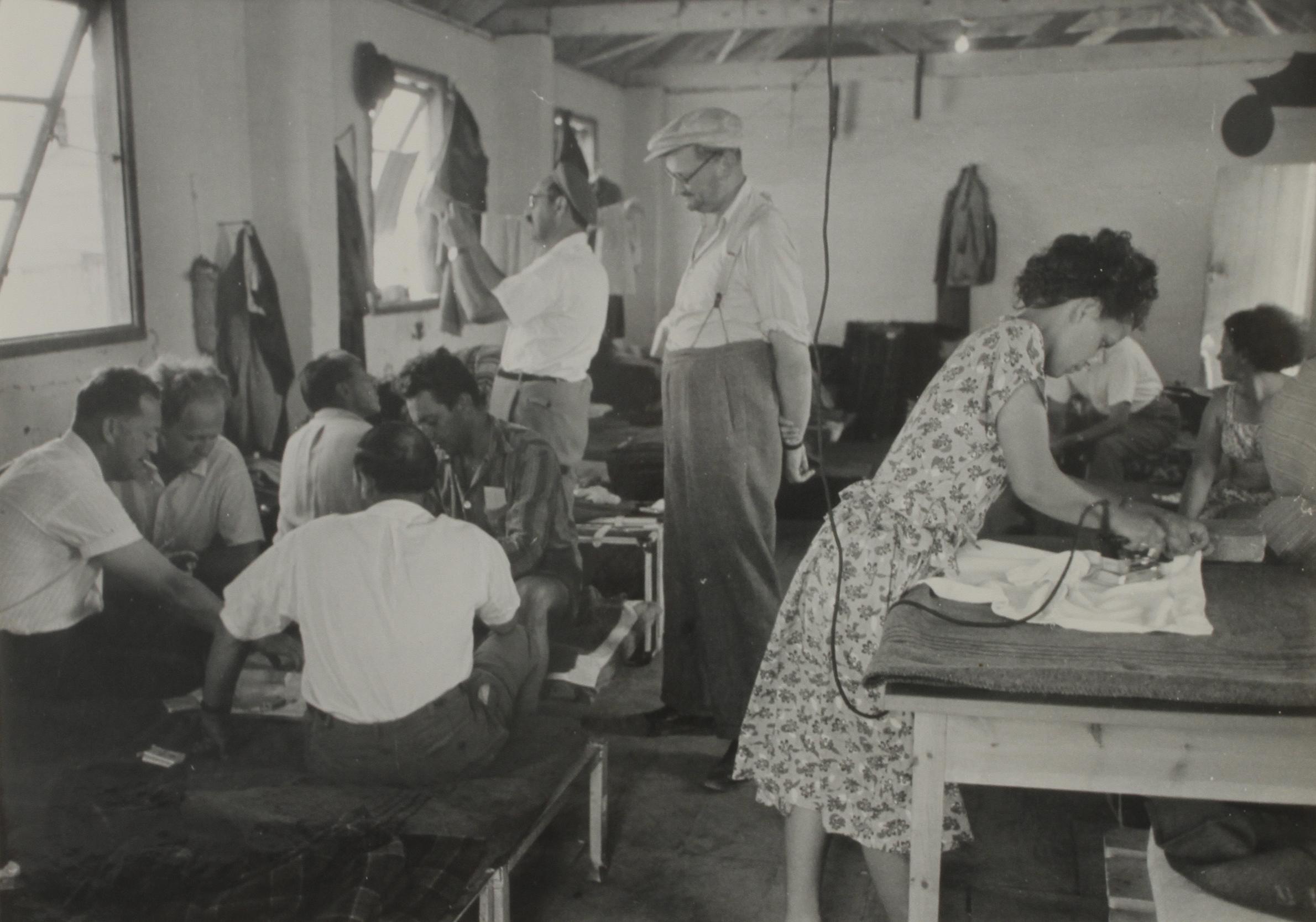 1949. Еврейские беженцы в транзитном лагере (кибуц Негба)