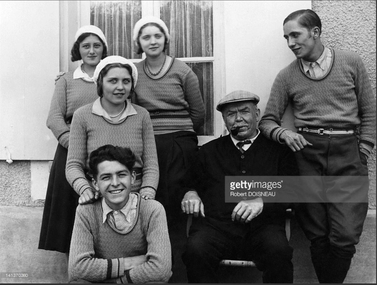 1931. Робер Дуано, его двоюродный брат, стоящий за своим дедом Лангом, его  сестры Марта и Ивонна и Рэймонда