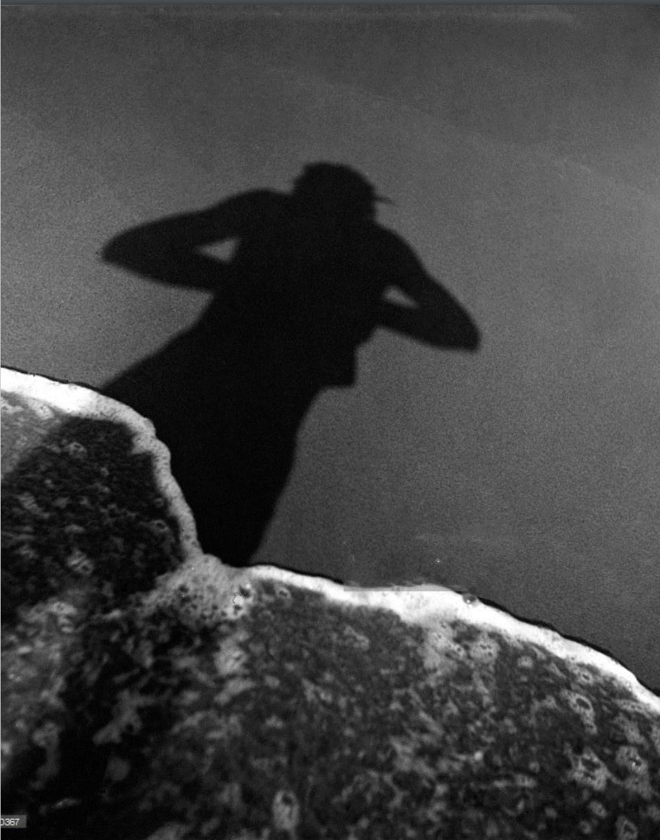 1939. Автопортрет Робера Дуано на берегу