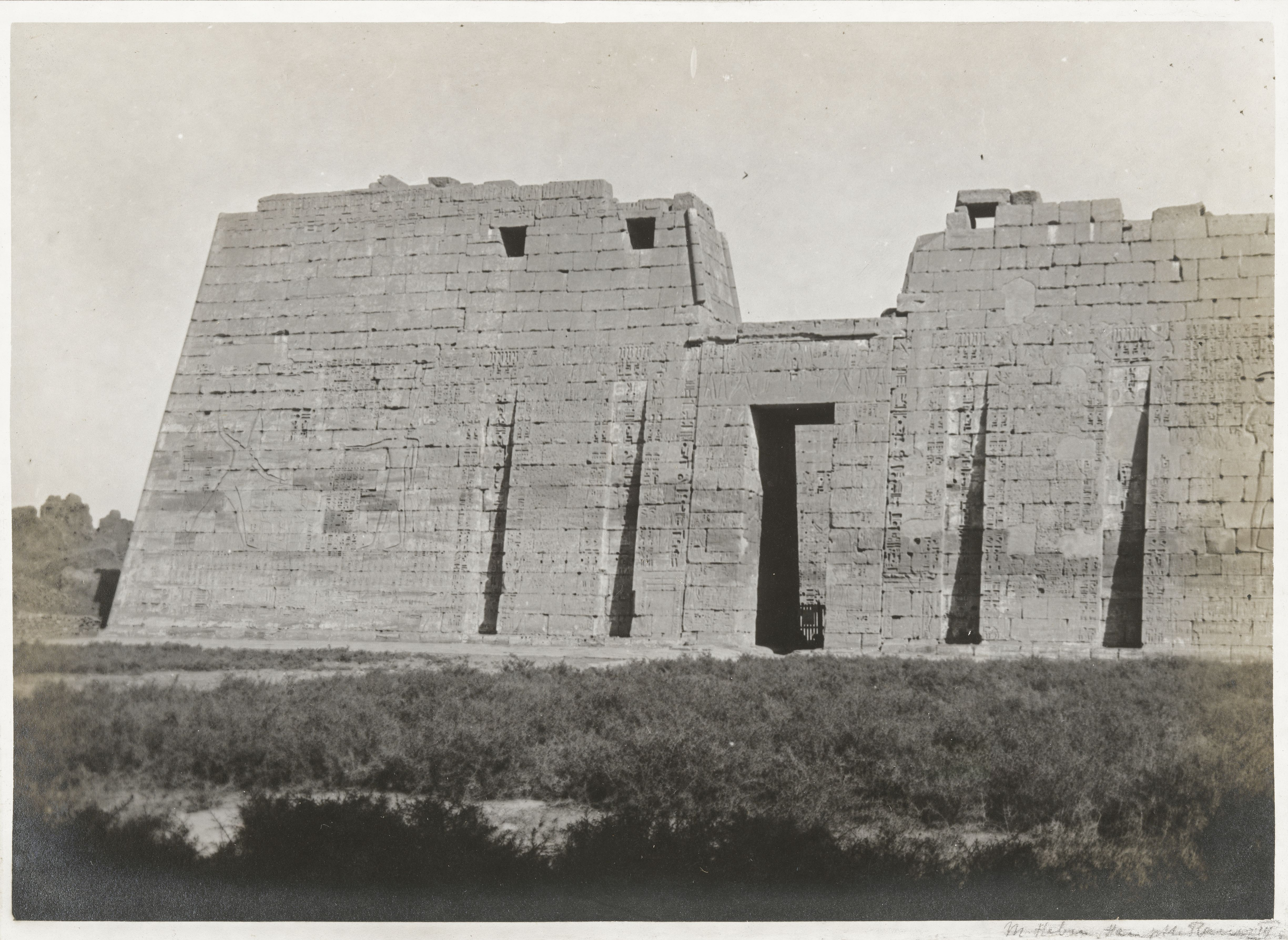 Мединет-Абу. Первый пилон погребального храма Рамсеса III.  Рельефное изображение: фараон убивает врагов
