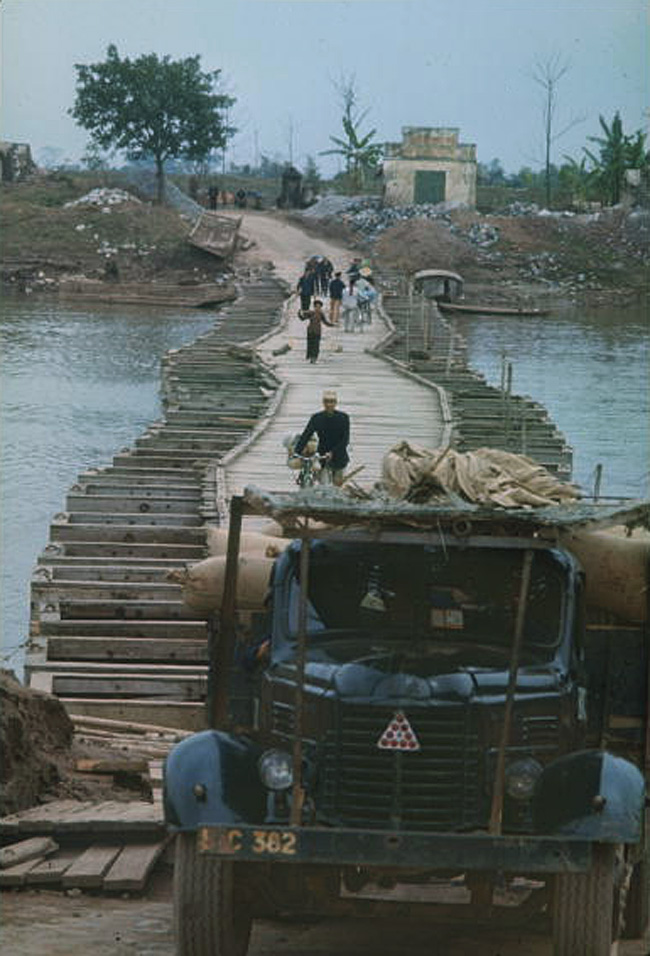 Понтонный мост на окраине Нам Динь, позволяющий пересечь узкую реку