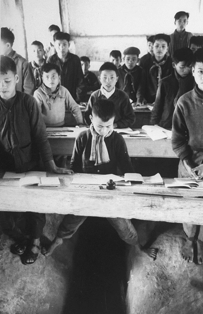 Школьники в классе, расположенном в бомбоубежище