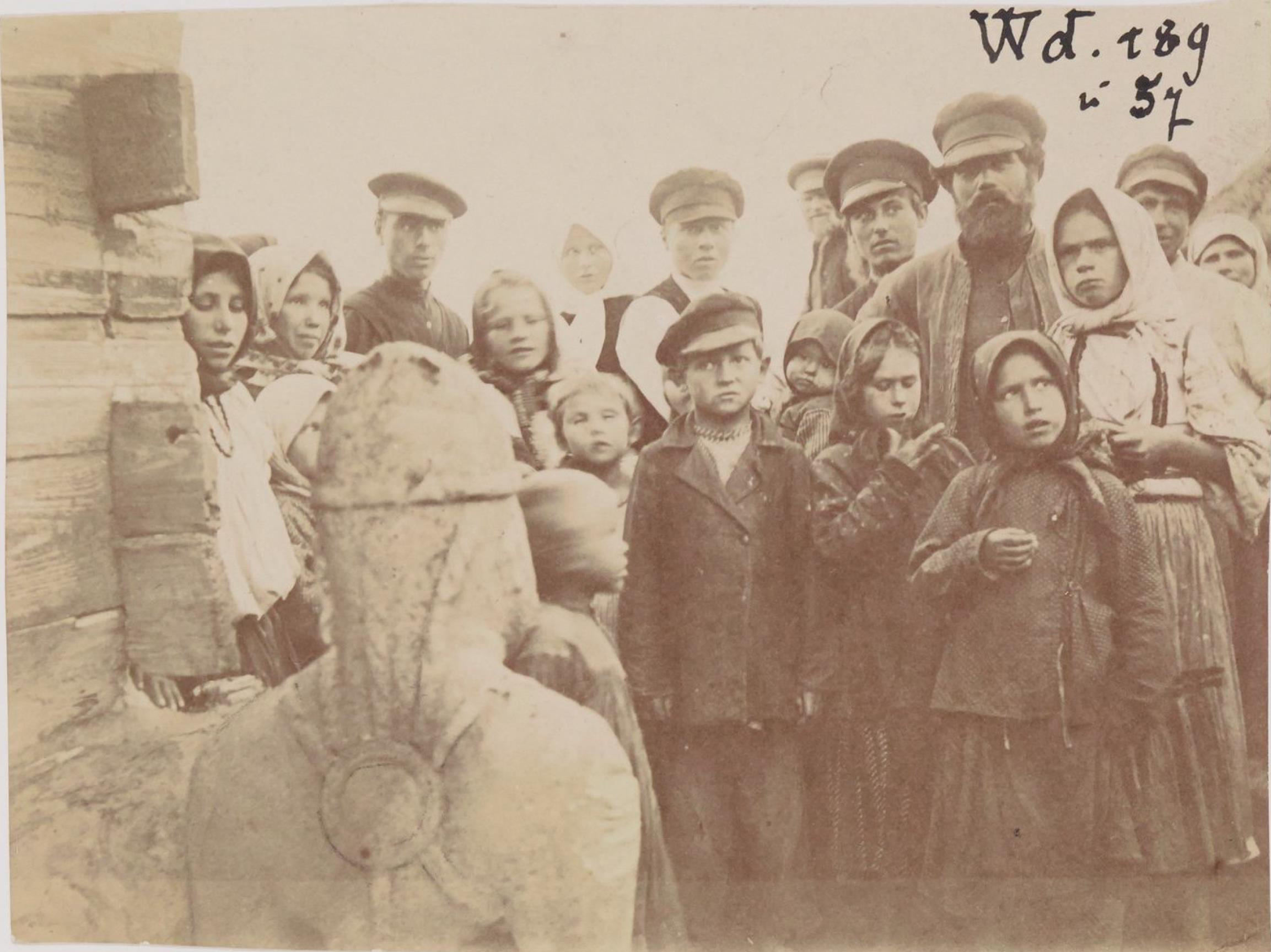 Енисейская губерния. Группа крестьян возле каменной бабы