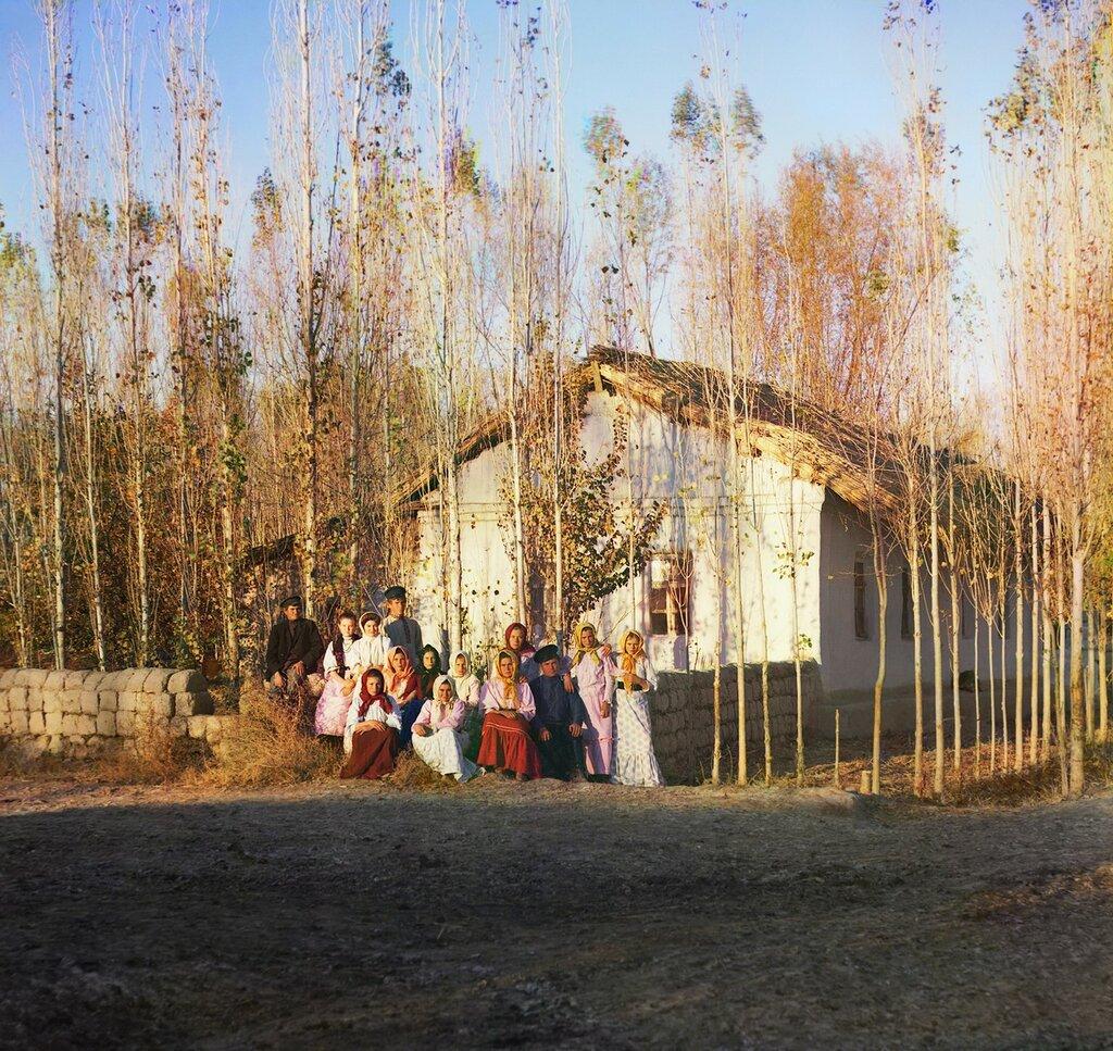Окрестности Самарканда. Голодная степь. Переселенческий хутор в Надеждинском поселке с группой крестьян
