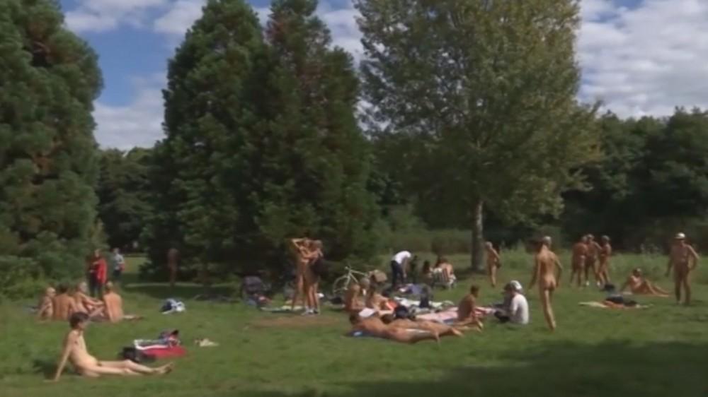 Первый нудистский парк открылся в Париже