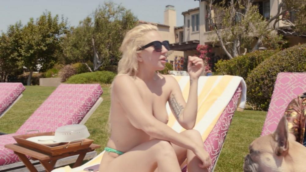 Леди Гага топлес