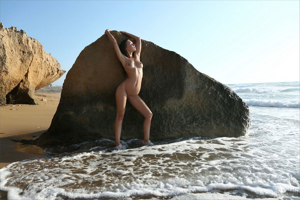 Cecelia прогулялась на пляж