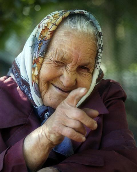 Открытка. С Днем пожилого человека! Бабушка с хитринкой