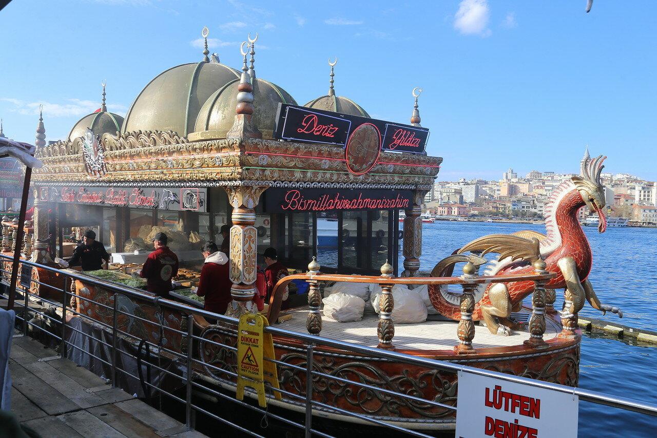 Стамбул. Фаст-фуд на  площади Эминёню (Eminönü Meydanı)