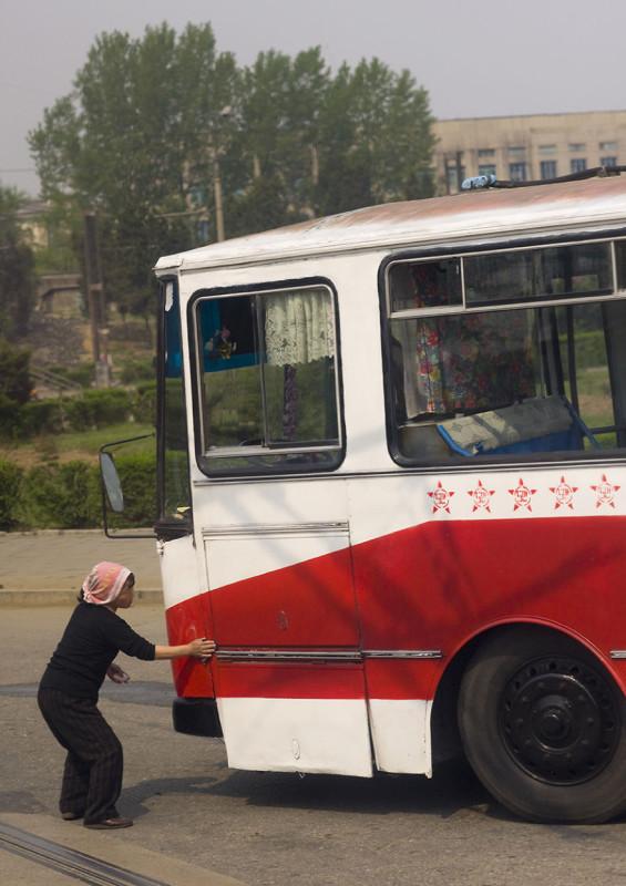 В Пхеньян запрещено въезжать на грязном транспорте, поэтому после долгой поездки по шоссе автомобили