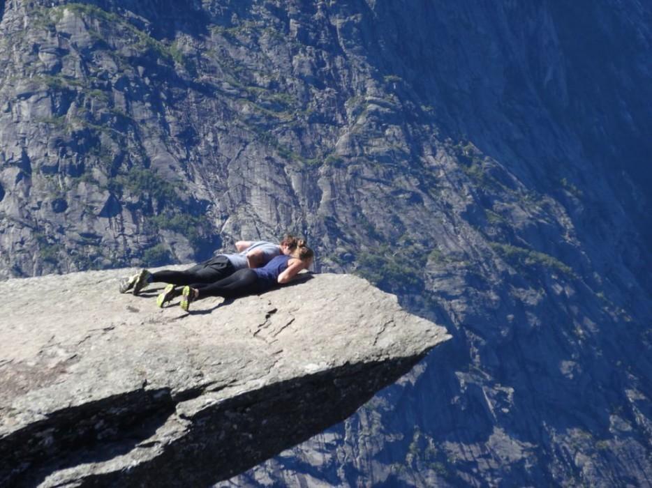 32. Язык тролля торчит над озером Рингедалсватн на высоте 700 метров. Это довольно сложный подъем, н
