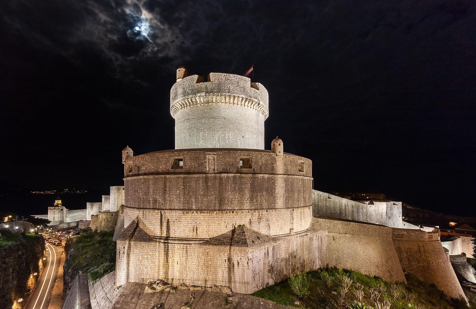 Многие локации сериала расположены в Хорватии: например, курорт Шибеник стал Вольным городом Браавос