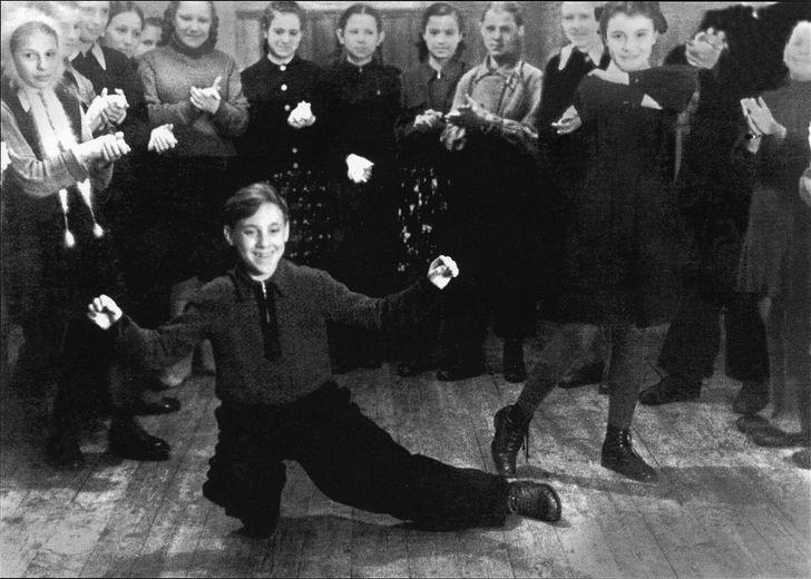 1. Володя в пионерском лагере «Машиностроитель», 12 лет (фото из личного архива Высоцких)   Выс
