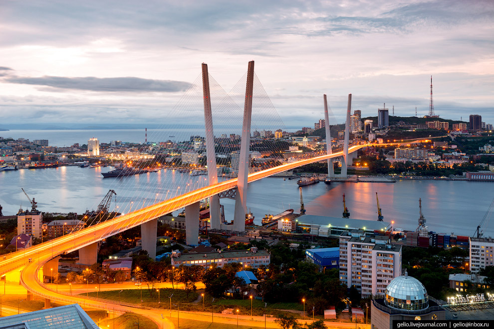 10. Высота пилонов Золотого моста превышает 220 метров. Переправа построена из российской ста