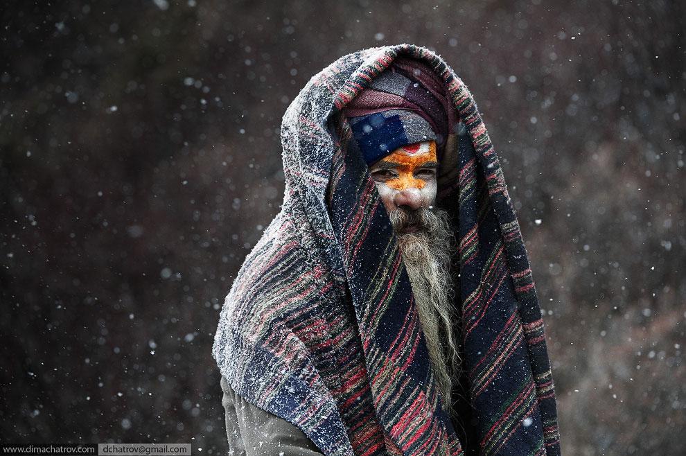 Джунгли западного Непала . Этот человек в защитной сетке — охотник за медом д