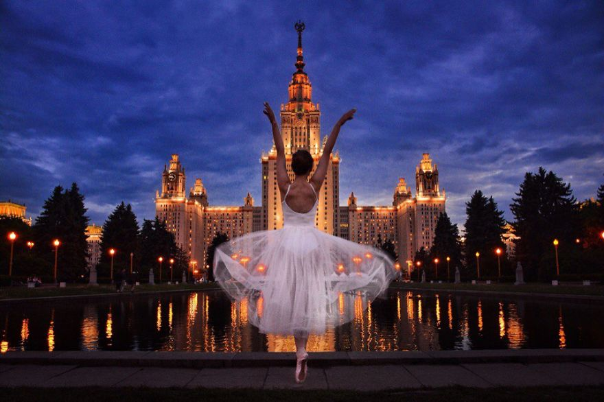 Нина Охотина на фоне альма-матер — главного здания МГУ.
