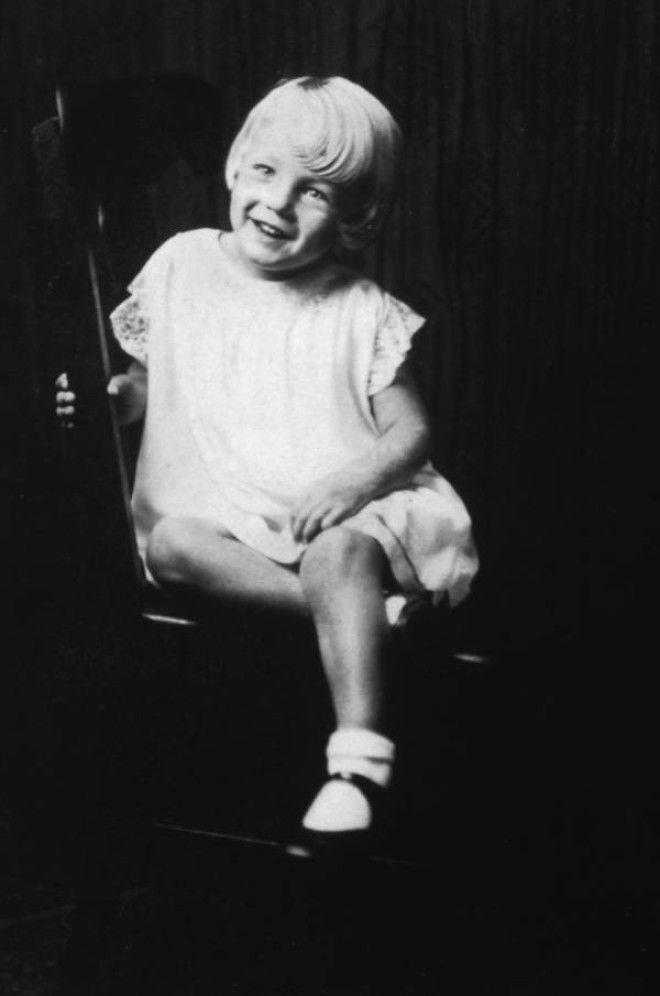Калифорния, 1931 год.      15-летняя Норма Джин Мортенсон.
